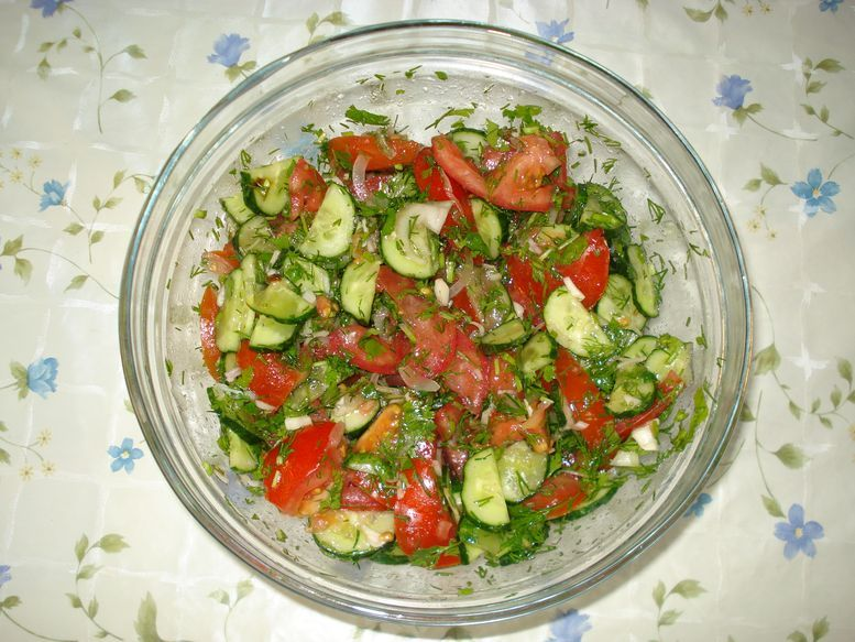 Салат с огурцами и помидором рецепт